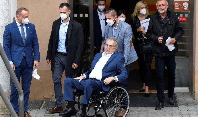 Prezident Miloš Zeman opouští Ústřední vojenskou nemocnici, kde byl v polovině září hospitalizován