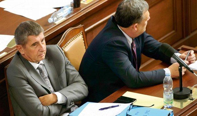 Ministr financí Andrej Babiš (vlevo) a poslanec ČSSD Václav Votava poslouchají jednu ze sněmovních rozprav.