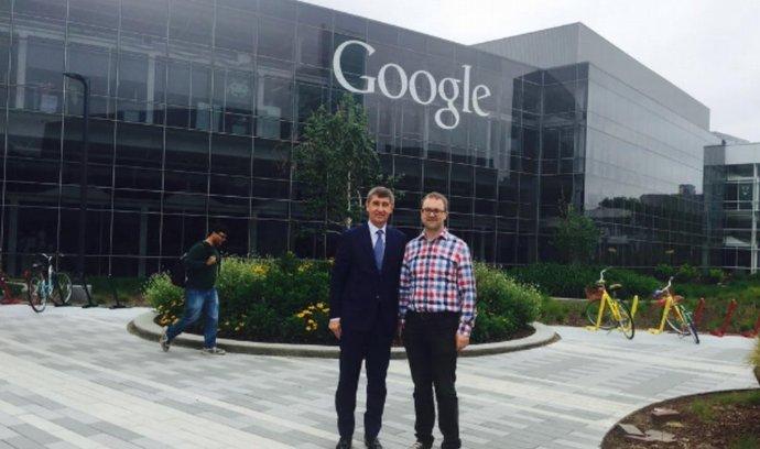 Ministr se zastavil také v Google a prý se zase něco přiučil.