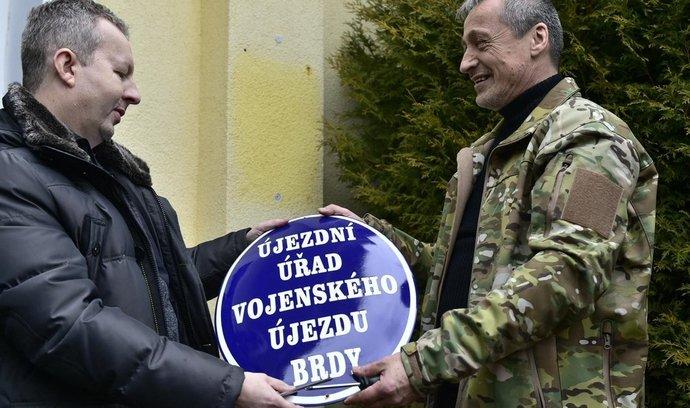 Ministři Martin Stropnický a Richard Brabec při formálním předávání Vojenského újezdu Brdy