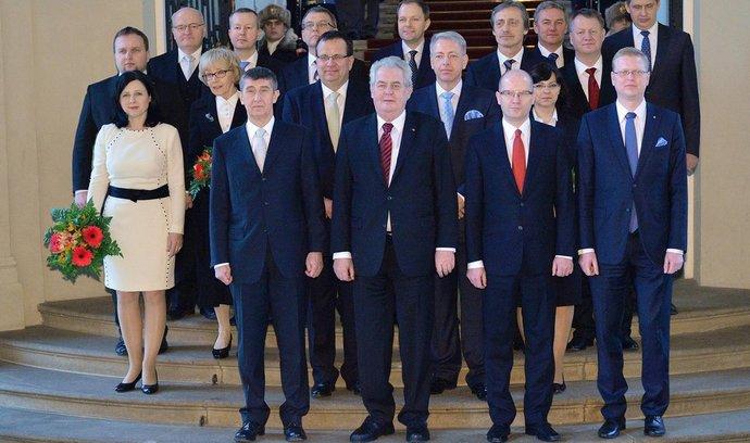 Ministři nové vlády převzali 29. ledna na Pražském hradě pověření z rukou prezidenta Miloše Zemana.
