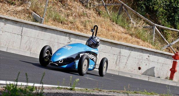 Za volantem minikáry: Kouzlo rychlosti bez motoru