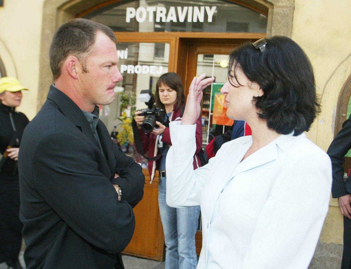 2004 - Mirka Čejková v den rozvodu s Alexem Čejkou.