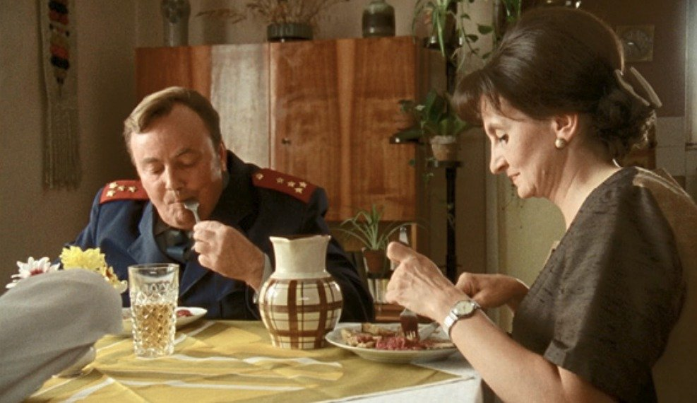 Miroslav Kaman a Eva Holubová ve filmu Pelíšky