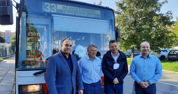 Brňák Miroslav Lerch (73) slaví 50 let za volantem trolejbusu: Na cestující se usmívá.