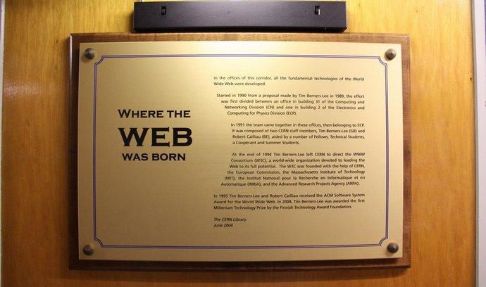 Místo, kde vznikl WWW. Plaketa je umístěna mezi dvěma kancelářemi v areálu CERN v budově 1, kde došlo k jeho prvnímu spuštění