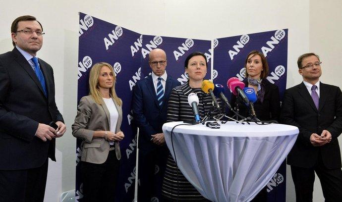Místopředsedkyně hnutí ANO Věra Jourová (čtvrtá zleva) představila 24. února v Praze kandidáty hnutí pro volby do Evropského parlamentu. Zleva Petr Ježek, Dita Charanzová, Pavel Telička, Martina Dlabajová a Ivan Jančárek.