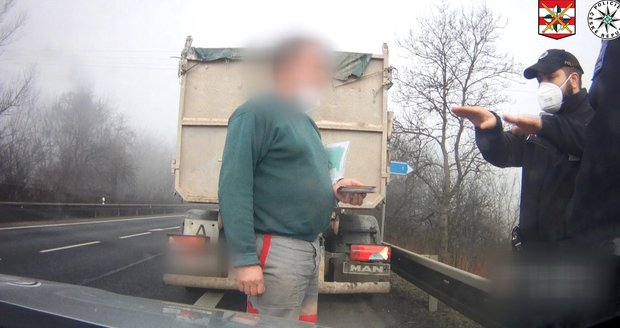 Řidič kamionu policistovi lhal, když mu tvrdil, že ho do protisměru vytlačilo neznámé vozidlo. Usvědčil ho řidič, který jel za ním.