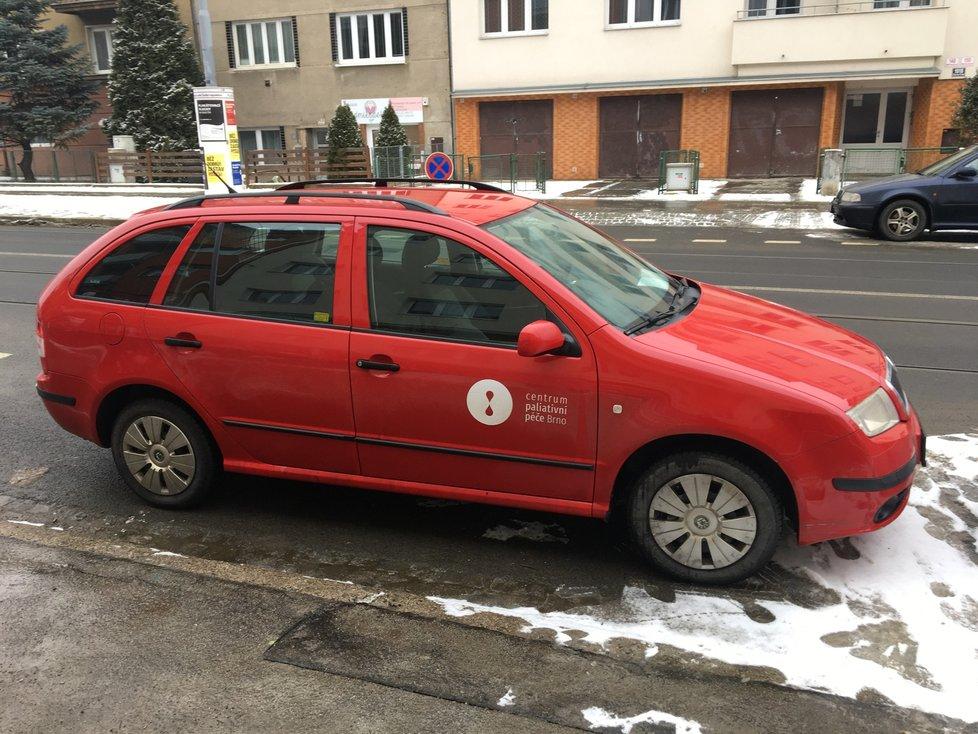 Brno jako první město v republice nabídlo seniorům nad 80 let s pohybovými problémy očkování u nich doma. Od úterý za nimi vyjíždějí dva zdravotnické týmy.