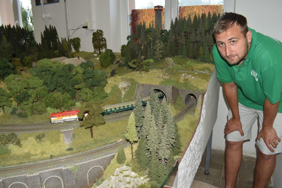 Jakub Javorek, šéf modelářů ze Lhoty, u jejich železničního modelu.