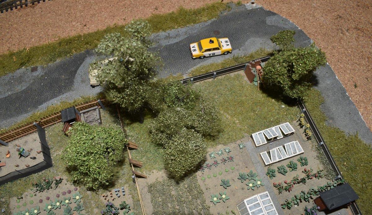 Na modelu jsou už k vidění vtipné drobnosti jako zahrádkářská kolonie či vůz VB.
