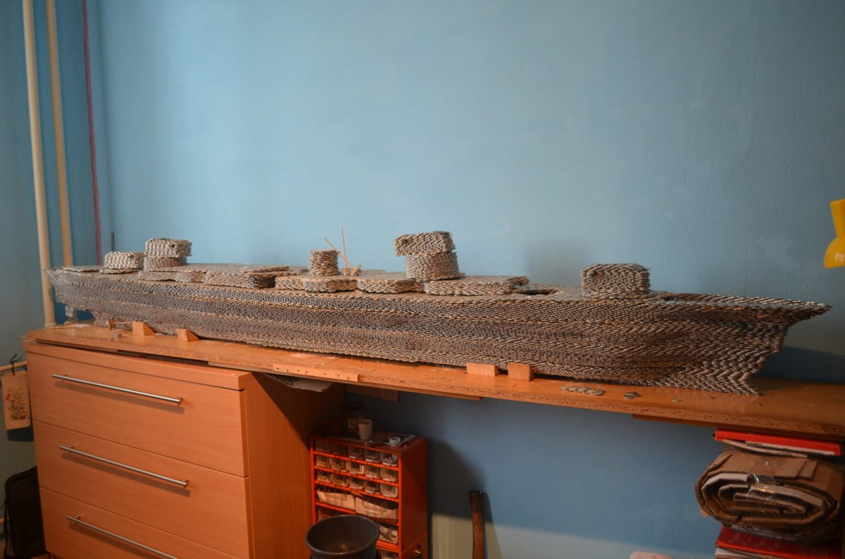 Loď má na délku 250 cm, jeho šířka je 31 a výška po dostavění věží bude 65 centimetrů.