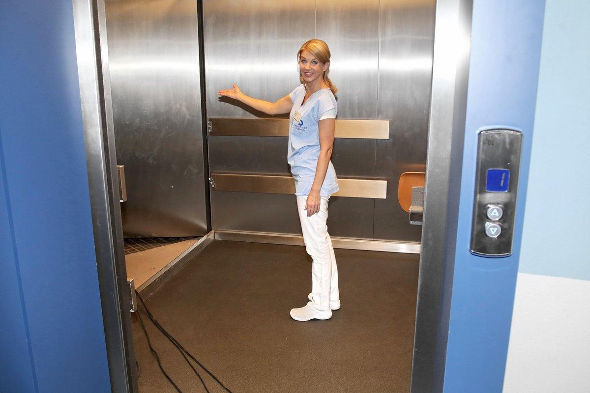 Výtah v přízemí má funkční jen dveře.
