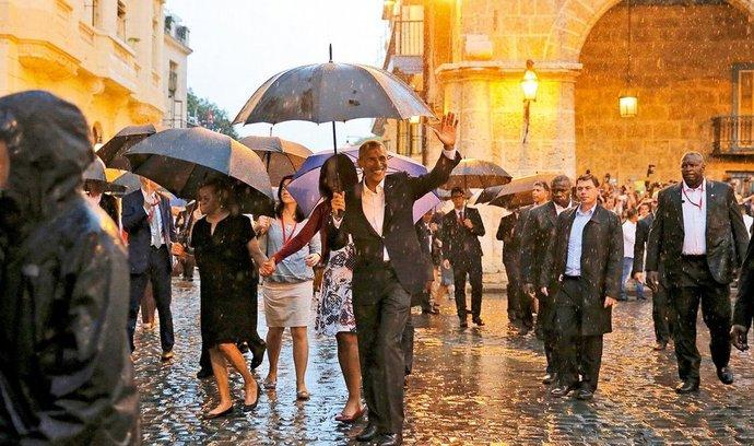 Mokré uvítání. Už tak diplomaticky a logisticky obtížnou návštěvu Kuby zkomplikovala americkému prezidentovi Baracku Obamovi hned po příletu do Havany vydatná průtrž mračen.