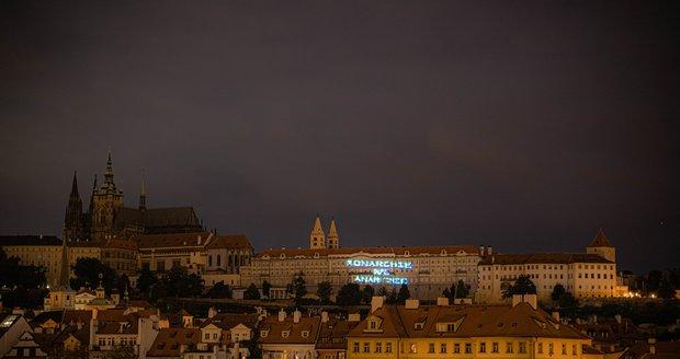 Obří nápis osvítil Pražský hrad. Případ šetří police