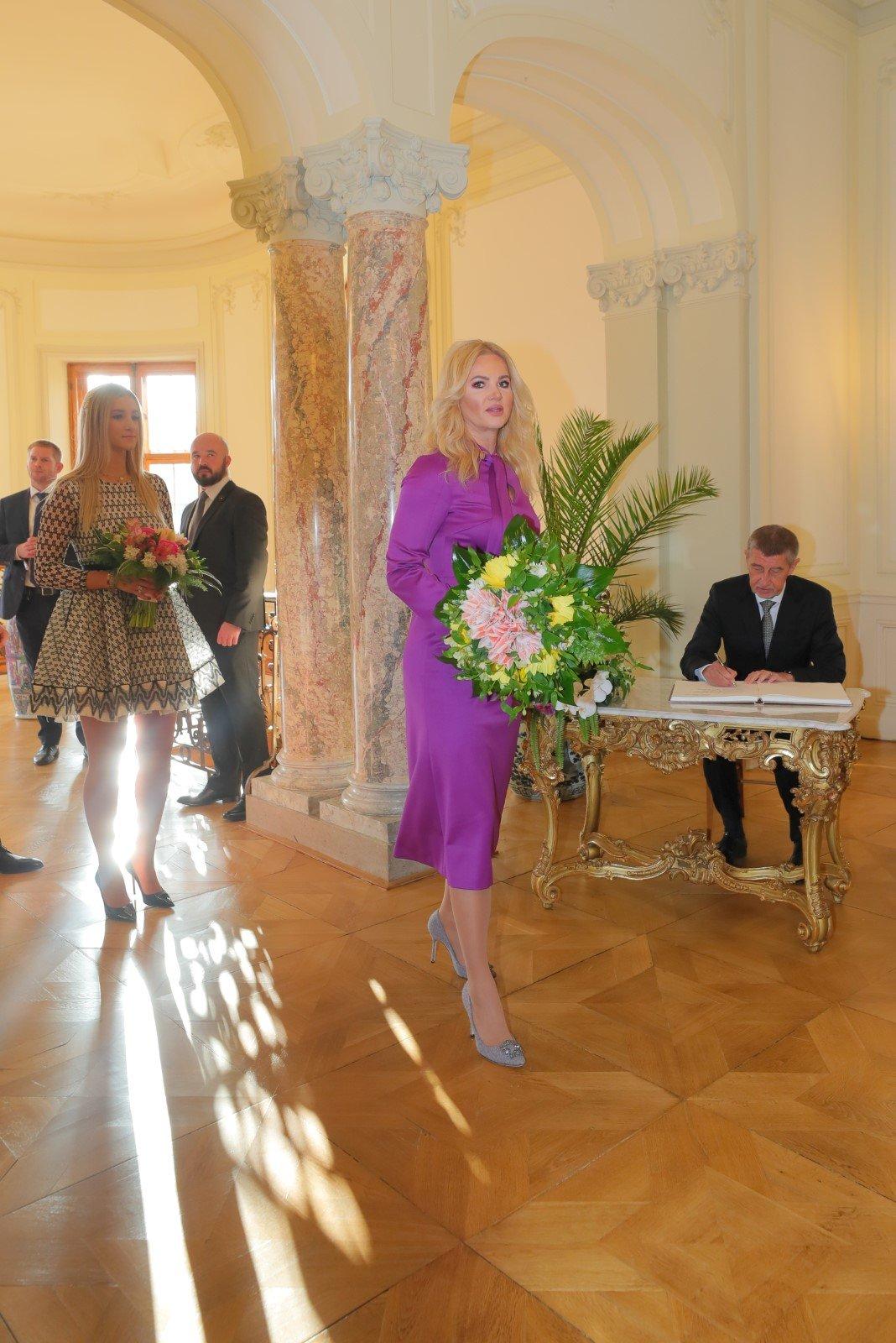 Monika Babišová přichází na novoroční oběd v Lánech.