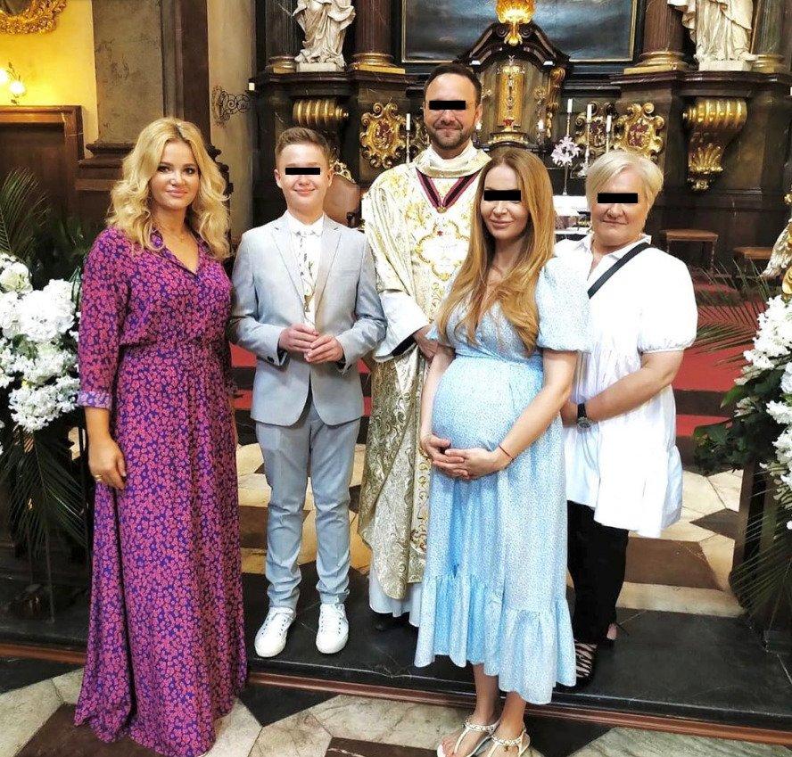 Monika Babišová vyrazila v červenci na svaté přijímá syna své kamarádky do jednoho z pražských kostelů. Kmotrou se stala společně s těhotnou kamarádkou Zuzanou Ficovou
