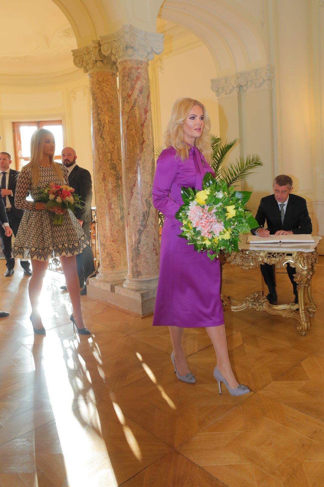 Monika Babišová s dcerou Vivien přichází na novoroční oběd v Lánech.
