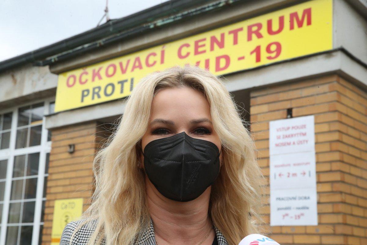 Manželka premiéra Monika Babišová (ANO) dostala první dávku očkování, manžel ji doprovodil (30.5.2021)