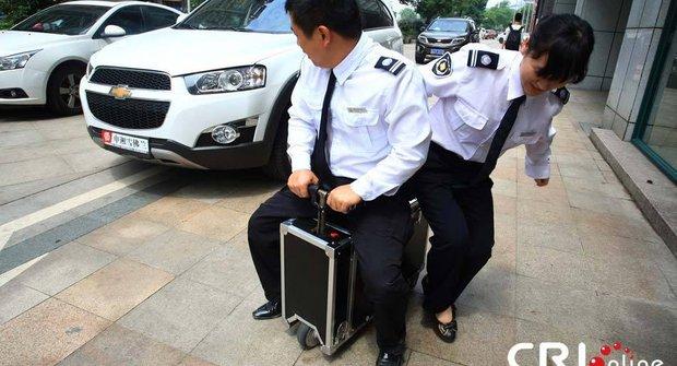 Číňan recykluje kufry a staví z nich mopedy