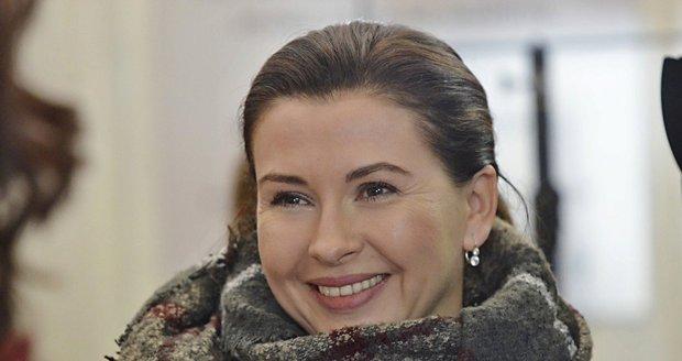 Dana Morávková v jemném make-upu vypadá skvěle.