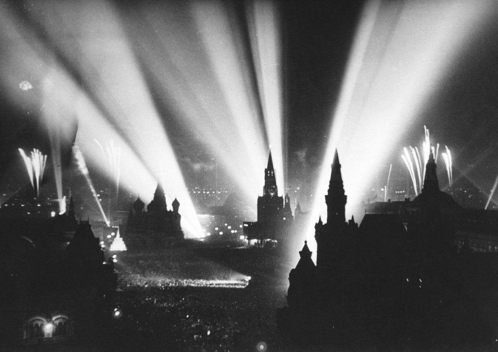 Moskva oslavuje vítězství nad nacistickým Německem - 9. května 1945