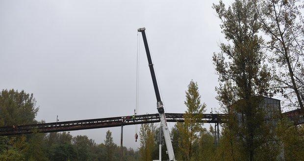 Bourání první části mostu mezi Ostravou a Frýdkem-Místkem.