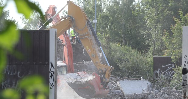 Na D11 v Horních Počernicích demolují most. (26. července 2021)