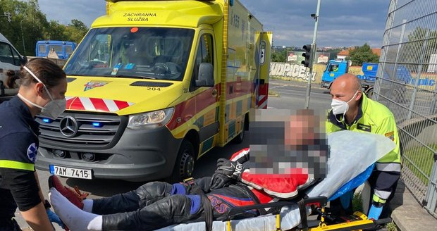 Motorkář bez řidičáku se snažil ujet policistům. Projel několik křižovatek na červenou, zastavila ho až kolona stojících vozidel