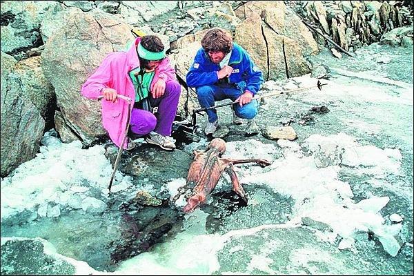 1991: Takhle »zavrtaný« odpočíval v ledu, než ho německá dvojice našla.