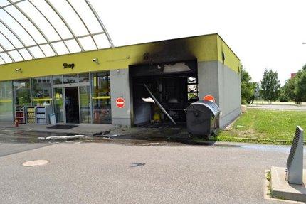 Z myčky mohl požár přejít na celou benzinovou pumpu.