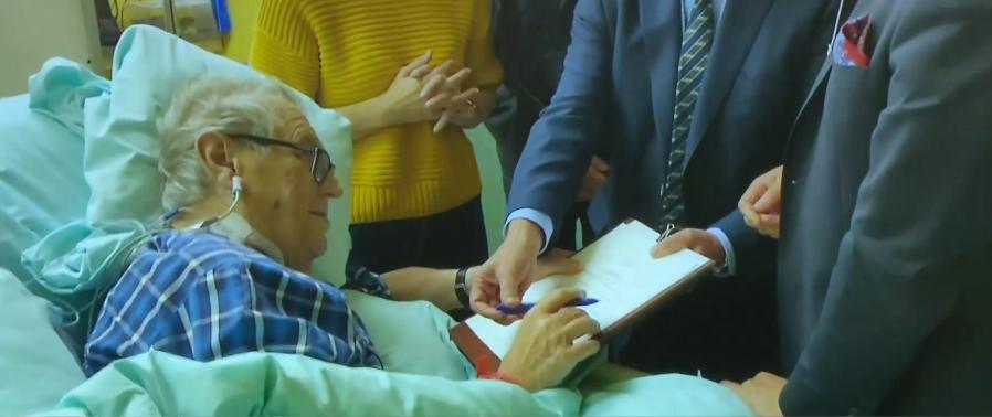 Kancléř Mynář zveřejnil videozáznam, na kterém Miloš Zeman podepisuje v nemocnici dokument ke svolání nové Sněmovny