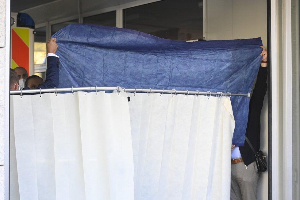 Prezidenta Miloše Zemana hospitalizovali v ÚVN. Na snímcích Vratislav Mynář instalující plentu (10-10-2021)