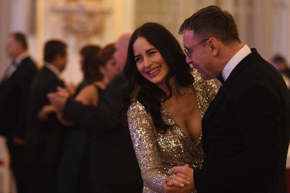 Alex Mynářová ukázala dekolt na pátém charitativním plese prezidenta republiky. Na snímku tančí s ministrem dopravy Vladimírem Kremlíkem (za ANO)