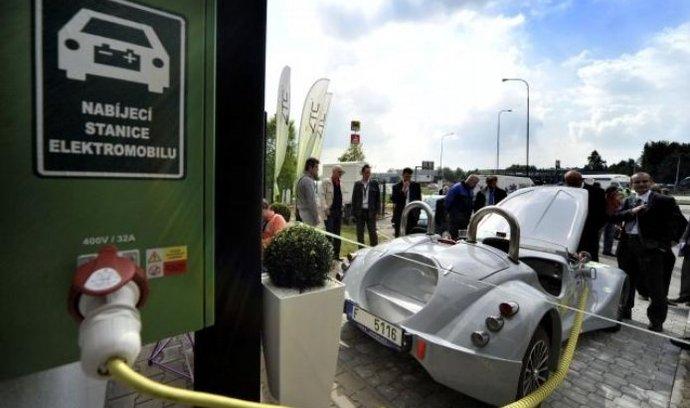 Na 96. kilometru dálnice D1 ve směru na Prahu byla 13. května otevřena první veřejná dobíjecí stanice pro elektromobily.