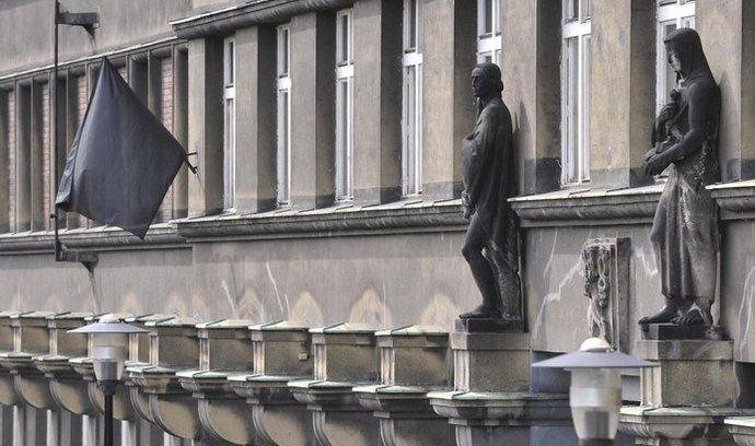 Na budově ostravského soudu visí černá vlajka