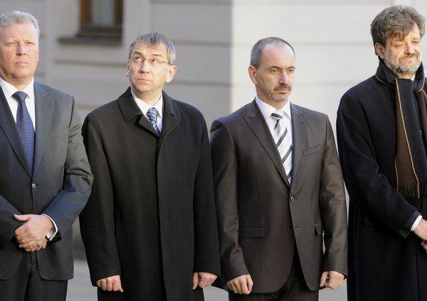Na příjezd ruského prezidenta čekají ministři (zleva)  kultury Jiří Besser, práce a sociálních věcí Jaromír Drábek, průmyslu a obchodu Martin Kuba a vnitra Jan Kubice.