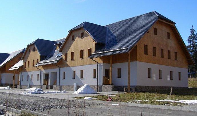 Na snímku  je projekt Nová Pec u Lipenské přehrady zahrnující 44 bytů. Stojí na rozhraní České republiky, Německa a Rakouska nedaleko plánované lanové dráhy do lyžařského střediska Hochficht.