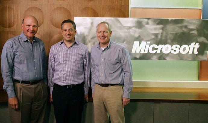 Na sociální a cloudovou budoucnost. Zleva: šéf Microsoftu Steve Ballmer, spoluzakladatel a šéf Yammeru David Sacks a ředitel divize Office v Microsoftu Kurt DelBene.