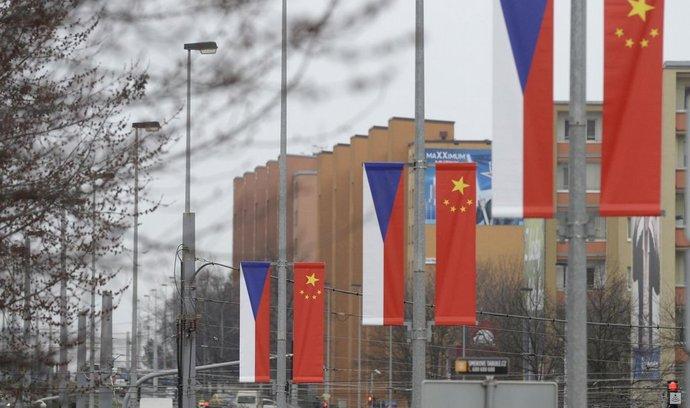 Na stožárech veřejného osvětlení podél Evropské třídy v Praze visely čínské a české vlajky (na snímku z 23. března).