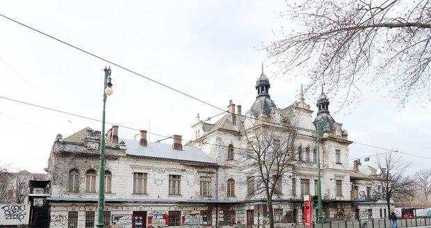 Aktuální stav bývalého nádraží Vyšehrad k začátku roku 2020. O nádražní budovu vyjádřilo zájem hlavní město, které zvažuje, zda by do něj po nákladné rekonstrukci a dostavbě neumístilo Slovanskou epopej Alfonse Muchy.