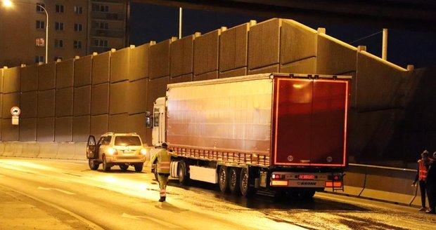 Pražští hasiči likvidovali vyteklou naftu na ulici Chodovská.