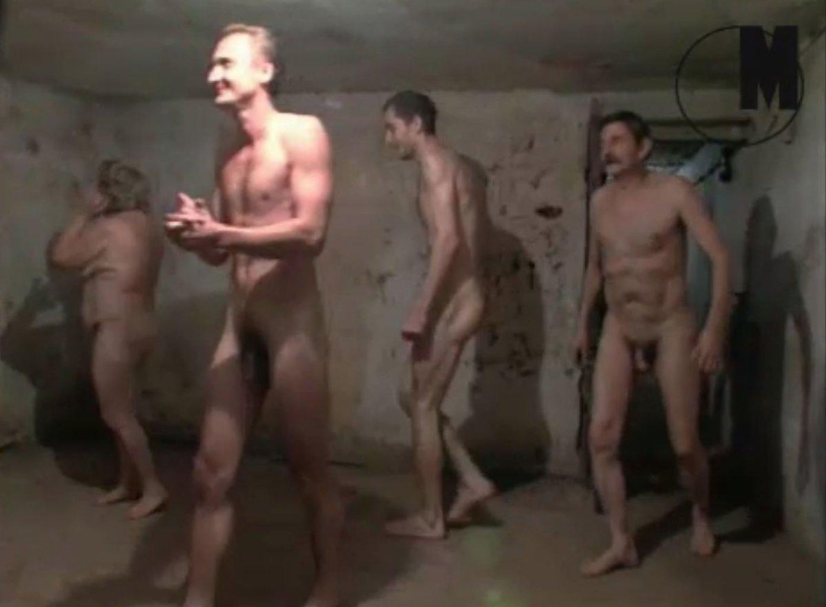 Umělec natáčel skupinu vysmátých nahých lidí, jak v někdejší plynové komoře hrají na honěnou.