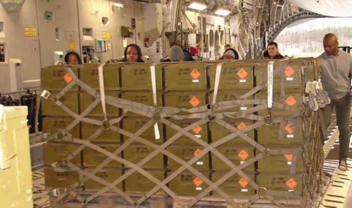 Nakládka českých protitankových střel do Kurdistánu