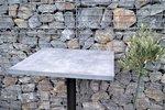 Betonový vzhled se těší oblibě. Jeho šedé zabarvení je ideálním odstínem pro další kombinace, perfektně k němu sednou kámen, kov i dřevo. Nepravým betonovým nátěrem oživila designérka Martina Krumphanslová oprýskané desky stolů, které se po čase začaly olupovat. Byly vyrobeny zlaminátových desek, které už dávno nevypadaly působivě. VM ART studiu si snimi skvěle poradili! A tak vznikly stoly skoro jako zbetonu. Podívejte se, jak se to všechno událo a možná vás tento nápad inspiruje.