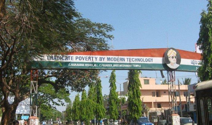 Nápis v Bangalore, indickém technologickém centru, slibuje vymazat chudobu díky moderním technologiím