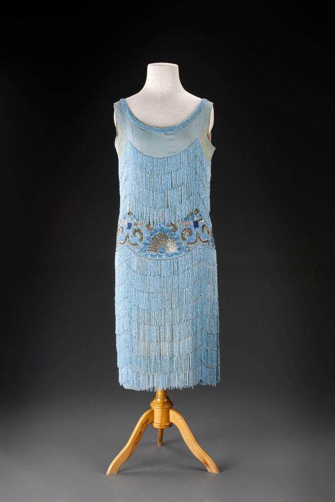 Večerní šaty z roku 1927, z hedvábného žoržetu, ručně vyšívaného korálky a flitry
