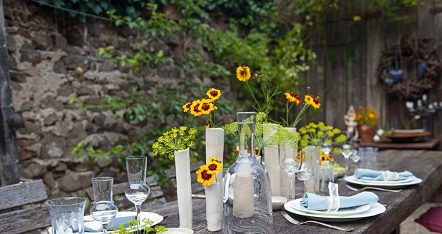 Petra venkovní tabuli ráda zdobí květinami ze zahrady