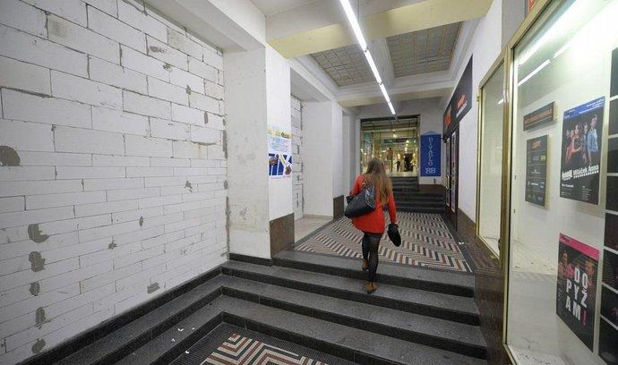 Nedávno uzavřenou Pasáž Jiřího Grossmanna v centru Prahy investor zbourá a postaví místo ní sedm pater, které budou propojeny se sousedním čtyřhvězdičkovým hotelem Yasmin. Vyplývá to z rozhodnutí stavebního úřadu Prahy 1. Veřejný průchod spojující ulici Politických vězňů s Opletalovou ulicí a Václavským náměstí zůstane po skončení prací zachován. Na snímku z 9. listopadu je průchod již zazděn. Otevřen by měl být nejpozději v listopadu příštího roku