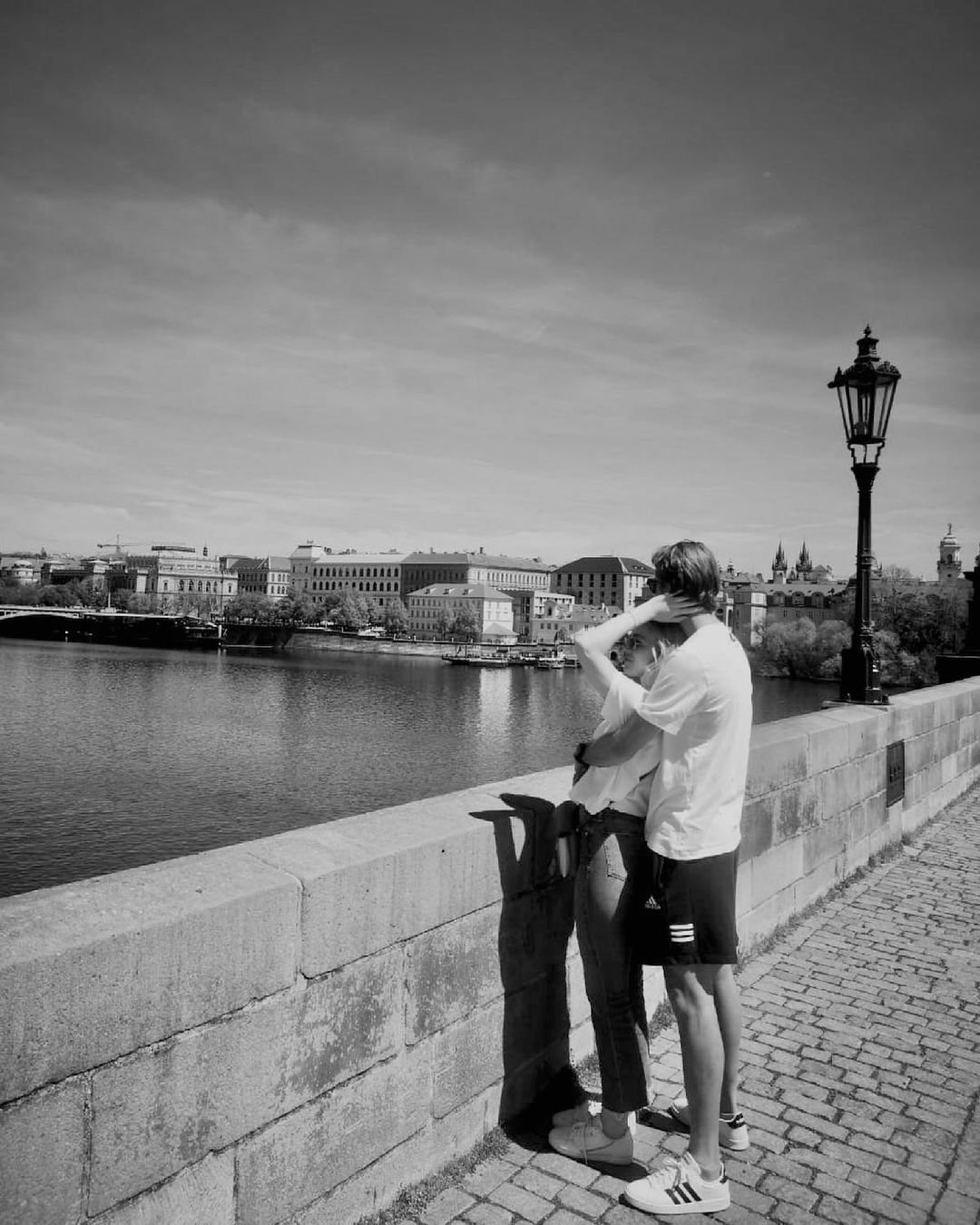 Zamilovaný pár na Karlově mostě.